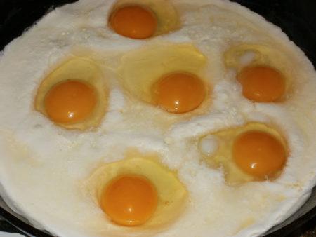 Взбиваем яйца со сметаной