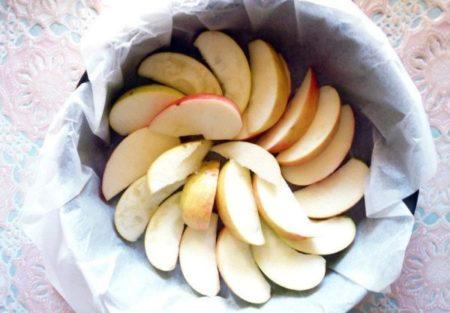 Яблоки в форме для запекания