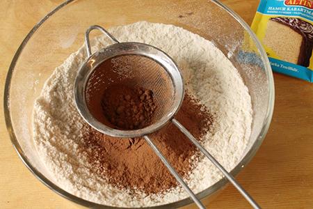 Просеять муку и какао