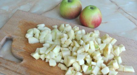 Нарезаем яблоки кубиками