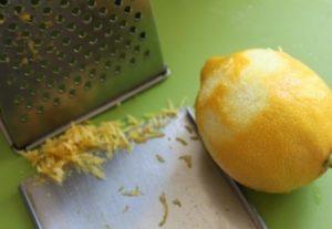 счистить цедру с лимона