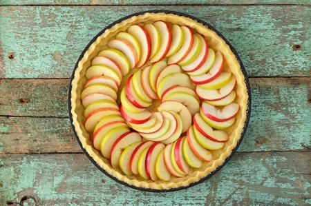 Выложить тесто с яблоками