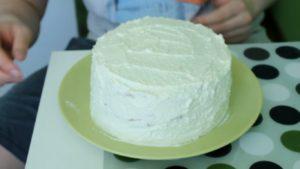 обмазываем пирог кремом