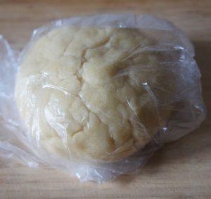 заворачиваем тесто в пакет