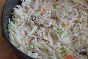 перемешиваем куриное филе с капустой