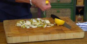 поливаем грушу соком лимона