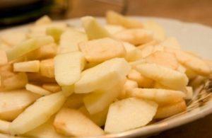 нарезаем очищенные яблоки