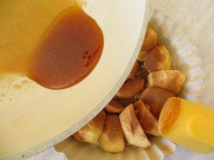 заливаем яблоки карамелью