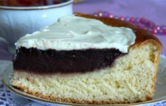 кусок пирога на тарелке