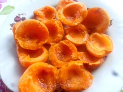 абрикосы разрезают