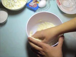 размешиваем ингредиенты руками