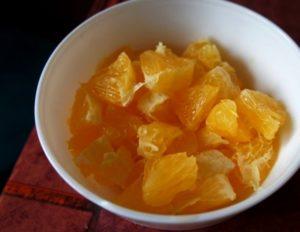 разрезаем дольки апельсинов