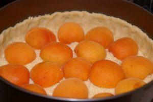 выкладываем абрикосы на тесто