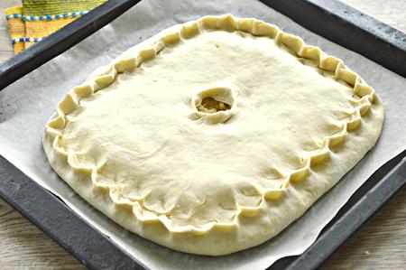 Выложить тесто с начинкой на противень