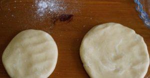 делим и раскатываем тесто