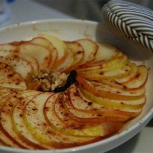посыпаем яблоки корицей