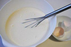 Добавляем в тесто яйцо