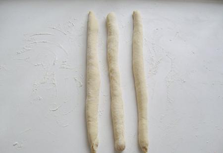 Скатать тесто в жгуты