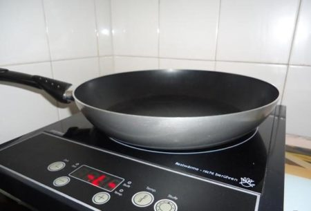 Сковородку греем на плите