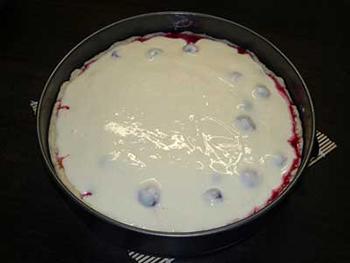 выливаем заливку на ягоды