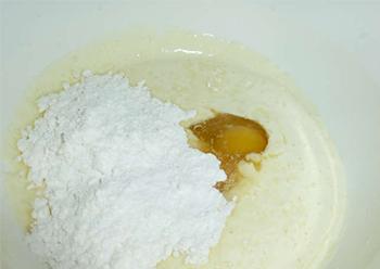 смешиваем тесто и яйцо