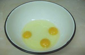 сливаем яйца в миску