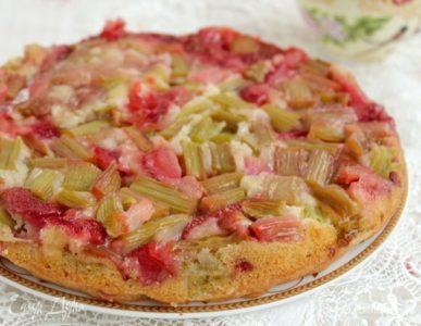 готовый пирог с клубникой и ревенем