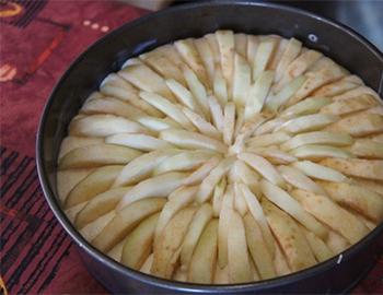 на тесто выложить яблоки