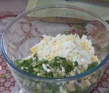 размешать зеленый лук и яйца