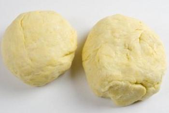 разделить тесто на две неравные части