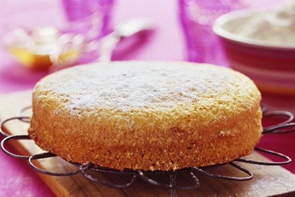 Готовый пирог на столе