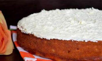 украшаем пирог белой сгущенкой