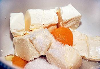 смешиваем масло и сахар