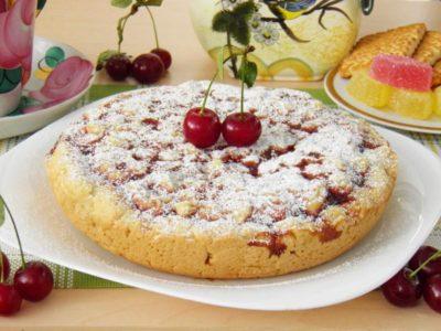 готовый пирог с вареньем сдобный