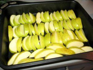 выкладываем яблочные дольки