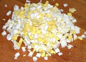 режем отварные яйца
