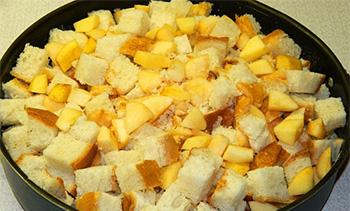положите в форму измельченный батон и яблоки