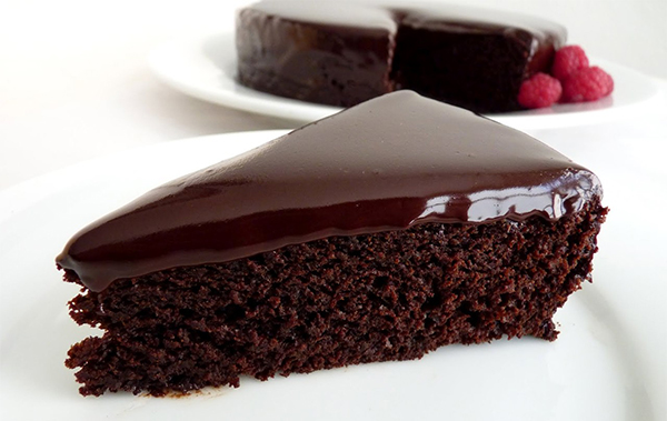 кусок пирога на столе