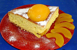 Шарлотка с персиками готовая на блюде