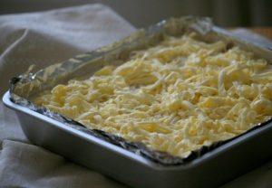 посыпать сухой пирог натертым маслом
