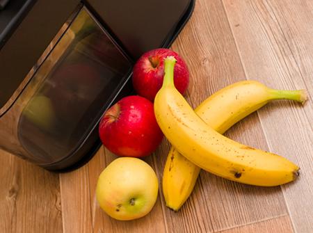 Очистить яблоки и бананы