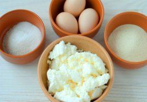 смешиваем творог с сахаром и яйцами