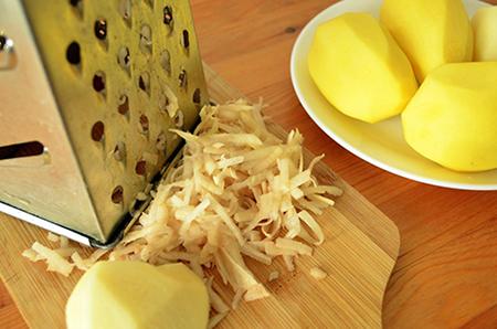 Натереть картофель на крупной терке