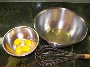 У 4 яиц отделяем желтки от белков