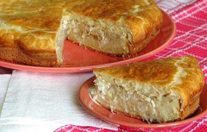 Пирог с капустой на тарелке