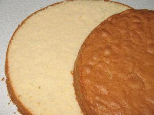 Разрезаем остывший бисквит
