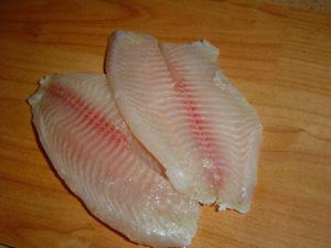 нарезаем филе рыбы