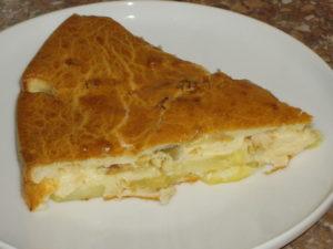 Заливной пирог с картошкой на блюде