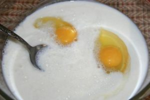 перемешиваем яйца с кефиром и гашеной содой