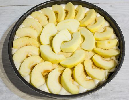 выкладываем нарезанные яблоки